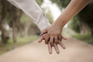 holding hands syncs brainwaves